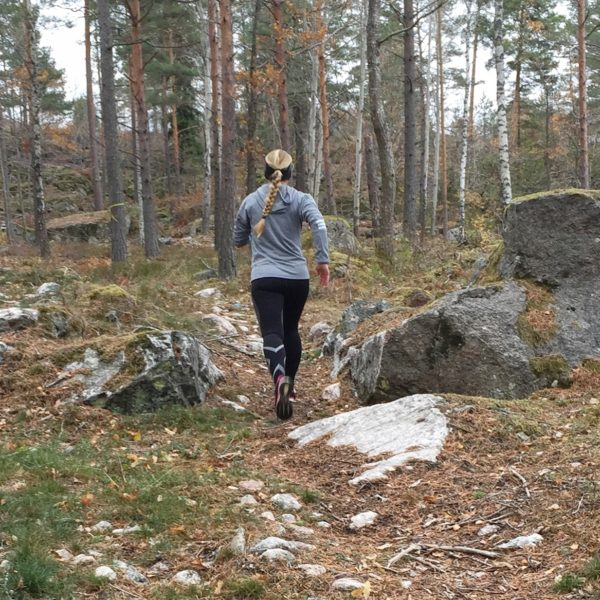 Vickan springer i skogen
